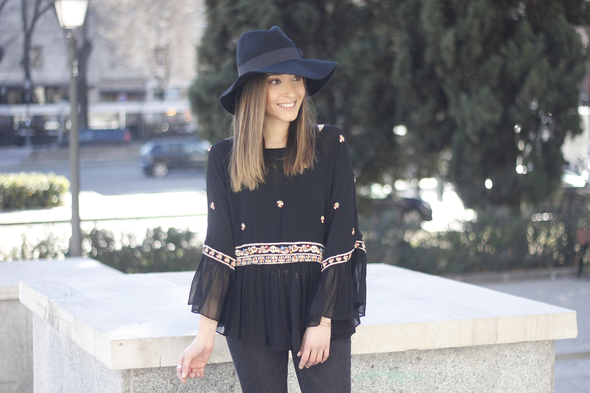 flared jeans boho blouse hat accessories outfit fashion05